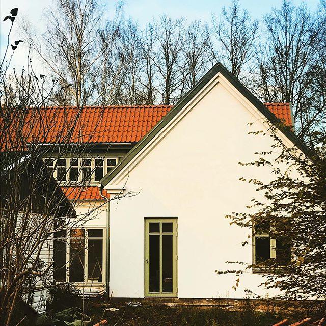 Flaggpostfönster i DOFAB kulturprofil pryder gaveln där vardagsrummet med  tak öppet upp i nock ligger. da9bfea51381b